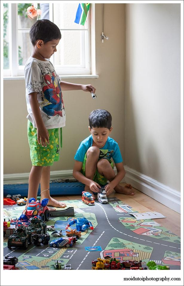 Natural light lifestyle portrait children, twin boys, moi du toi photography, playing children