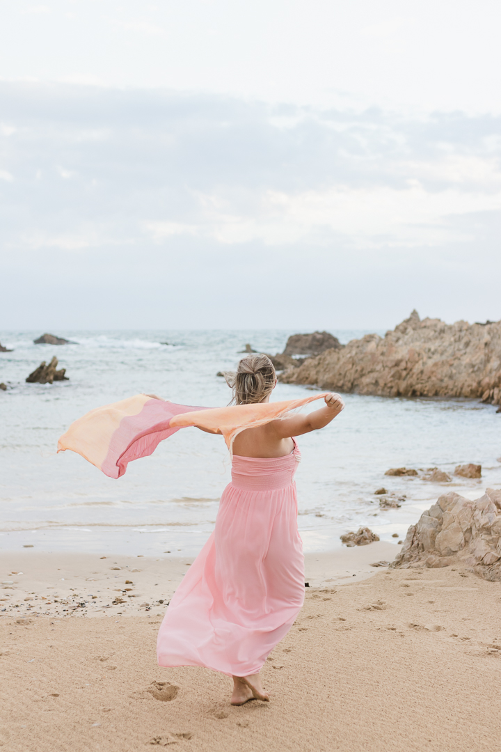 Garden route newborn photographer moi du toi shares 3 tips on how to prepare for your maternity photo session. Mm to be walking on the beach at Buffelsbaai beach during a maternity photoshoot.