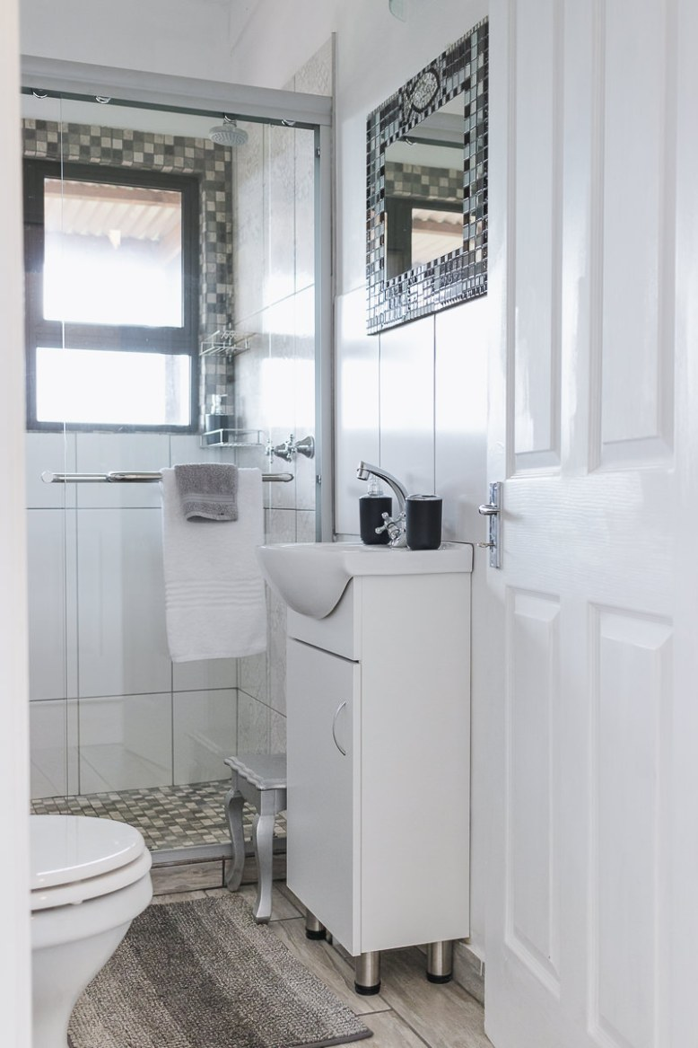 Bathroom real estate bnb photo shoot at Equleni sedgefield garden route photographer moi du to