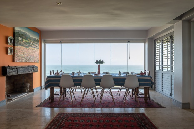 Dining table and chairs with spectacular view of the ocean at Cola Beach guest house sedgefield
