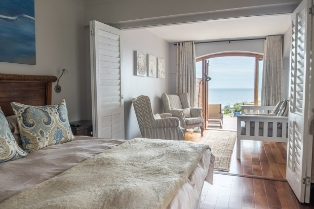 Stylish bedroom and sitting room with sea view at Cola Beach guest house sedgefield